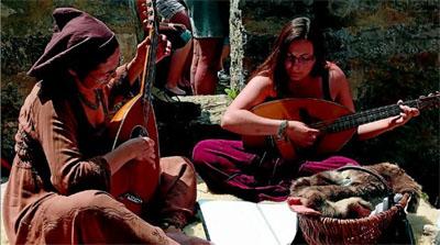 Carola und Patricia Werth aus Betra intonierten auf der Laute manch mittelalterliche Melodei. Fotos: Steinke